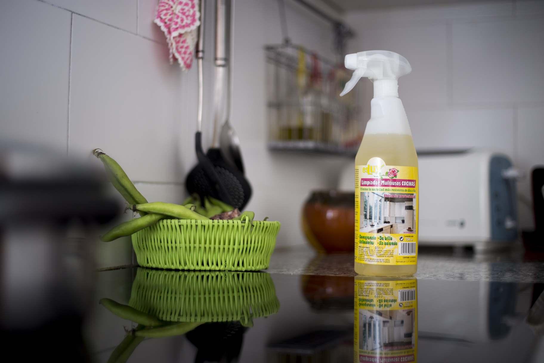 Spray multiusos para la limpieza del hogar muropapel for Formula quimica del aceite de cocina