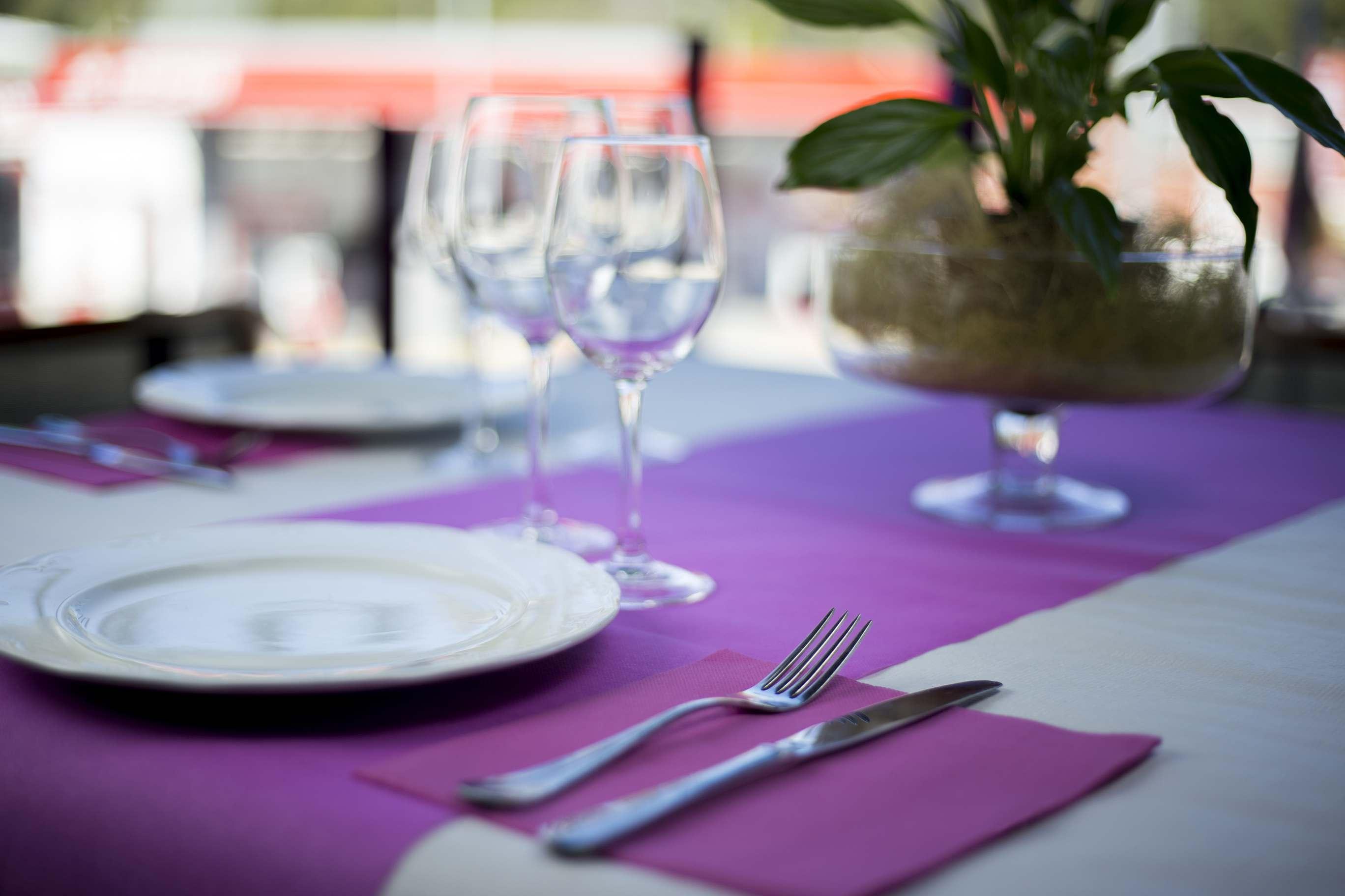 mesa decorada con mantel blanco y camino de mesa