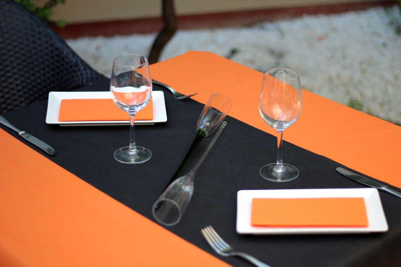 Combinación 8 Oranje • Camino de mesa tnt Negro • Mantel Tnt Naranja • Servilletas de papel de color Naranja