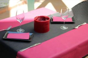 COMBINACION MESA mantel tnt Rosa - camino de mesa tnt negro