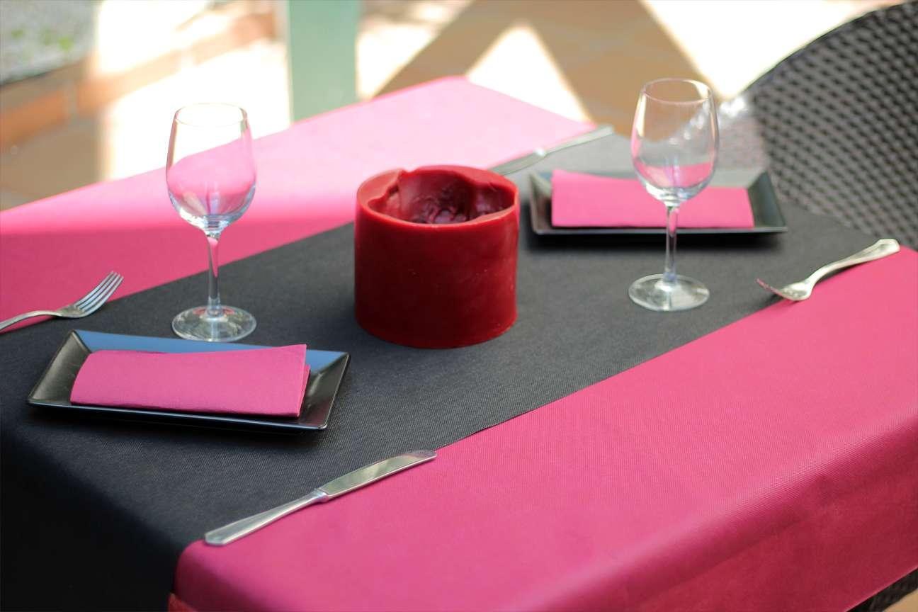 Combinación 6 pink • Camino de mesa tnt Negro • Mantel Tnt Rosa • Servilletas de color Rosa