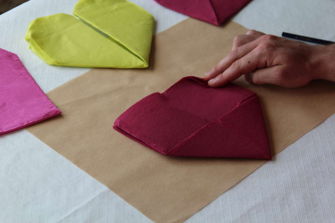 Doblar servilletas de papel Paso 2
