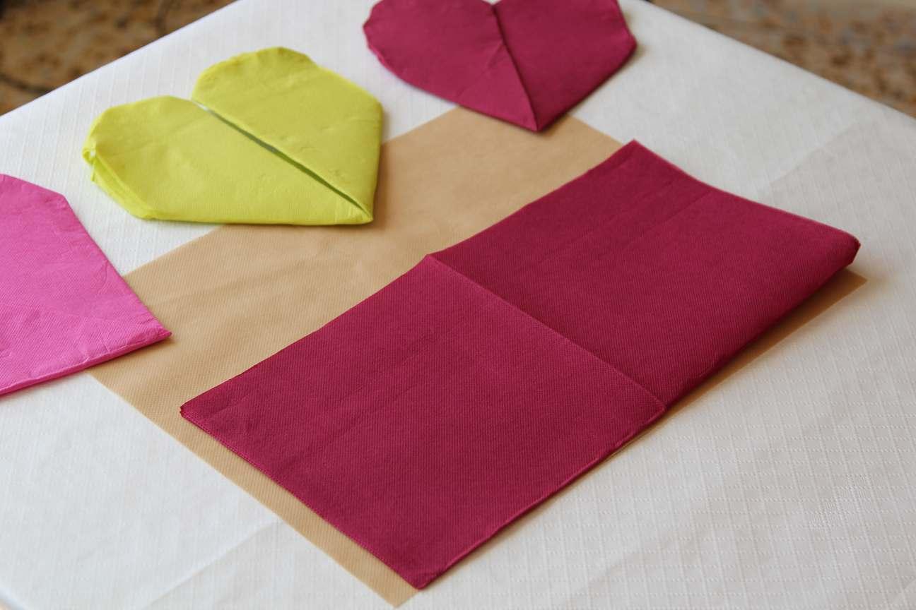 corazones con servilletas de papel paso 2