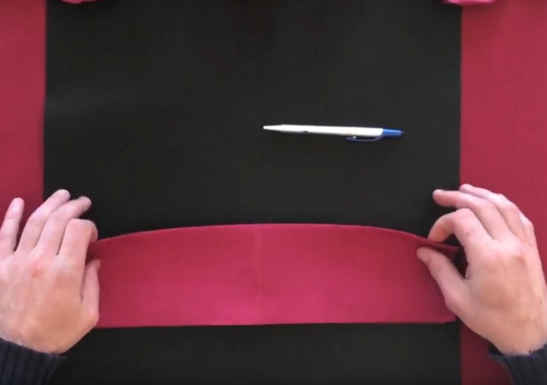 Doblar servilletas de papel para san valentin mesa decorada paso